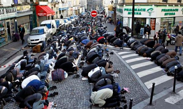 Muslims praying, Elise Vincent, Comment