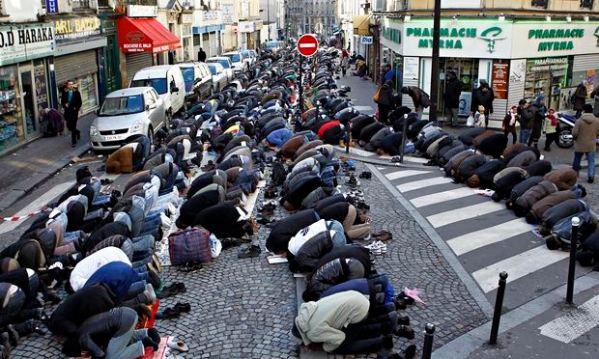 Muslims praying, Elise Vincent, Comment